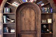 арка в проеме двери с полками